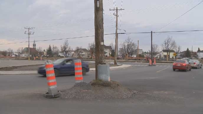 A hydro pole in the middle of a road has baffled Salaberry-de-Valleyfield, Que. residents.