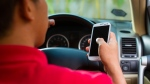 Curb your smartphone addiction and put the phone away while driving, a US expert advises. (Kzenon / shutterstock.com)