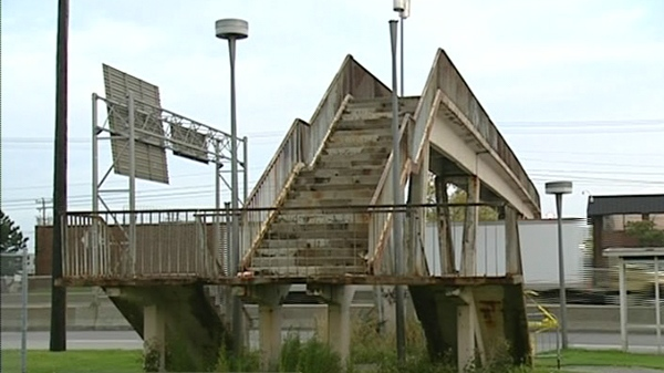 The pedestrian bridge over Cote de Liesse has been closed because it's in very poor condition. (Sept. 30, 2011)