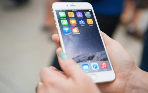 The iPhone 6 was released at the Eaton Centre in Toronto, on Friday, Sept. 19, 2014. (Hannah Yoon / THE CANADIAN PRESS)