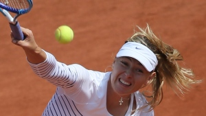 Russia's Maria Sharapova serves the ball Vitalia Diatchenko of Russia during their second round match of the French Open tennis tournament at the Roland Garros stadium, Wednesday, May 27, 2015 in Paris, (AP / David Vincent)