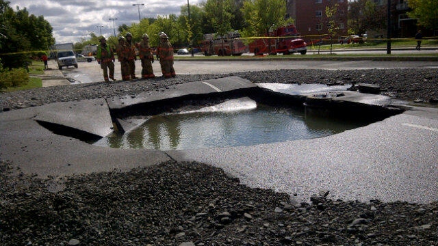 The crater left by the broken pipe on Roland-Therrien Blvd. in Longueuil.